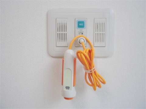 個室のお部屋には緊急通報装置を設置!24時間スタッフによる見守りがございます